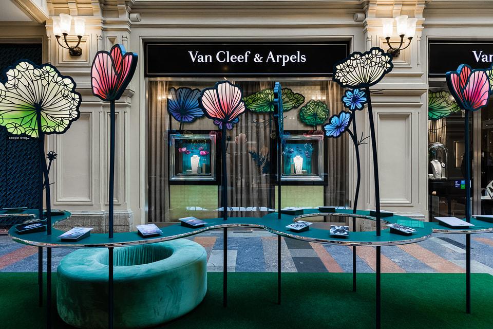 Инсталляция Van Cleef & Arpels одновременно служит постаментом для выставки фотографий и эскизов украшений