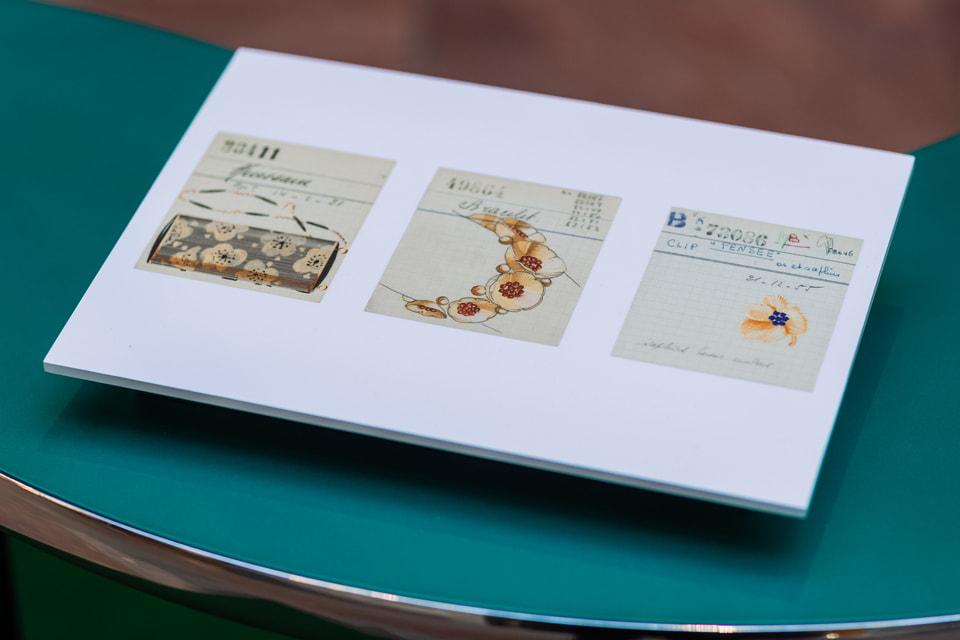 Эскизы вечерних сумочек и украшений с мотивом цветка сакуры и анютиных глазок 1950-х годов