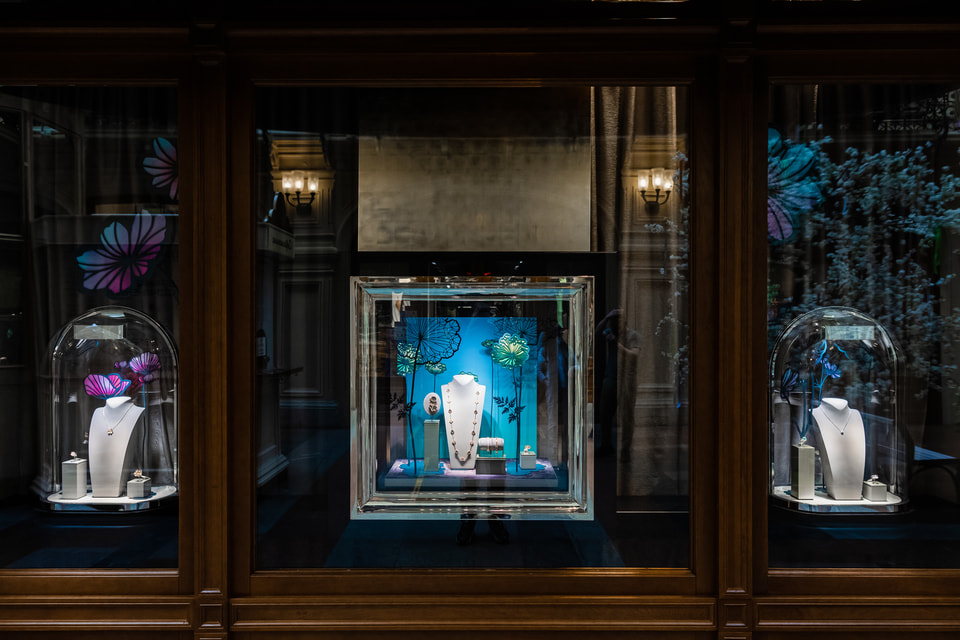 В бутике Van Cleef & Arpels составили специальную экспозицию современных украшений на тему флоры