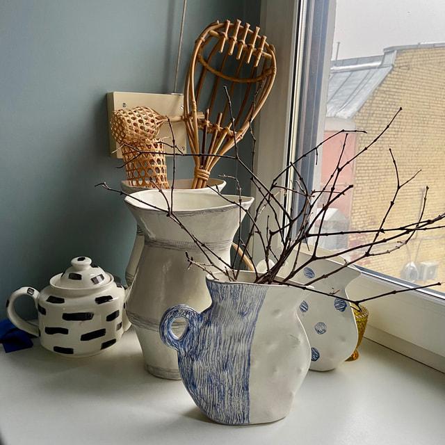 Мюриэль украсила дом сухими цветами от подаренных букетов, расставила повсюду яркие цветные чайнички