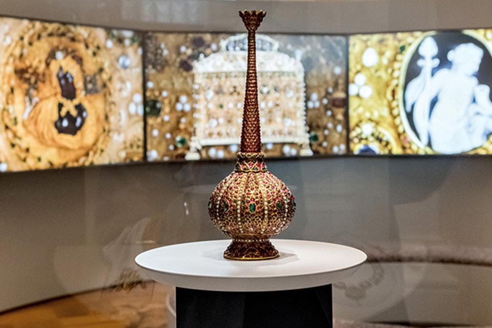 Исторические украшения Cartier представлены в диалоге с шедеврами Эрмитажа