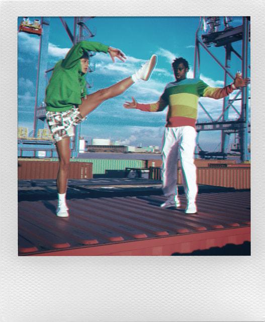 В капсулу вошли классические поло в цветах радуги, по мотивам логотипа Polaroid
