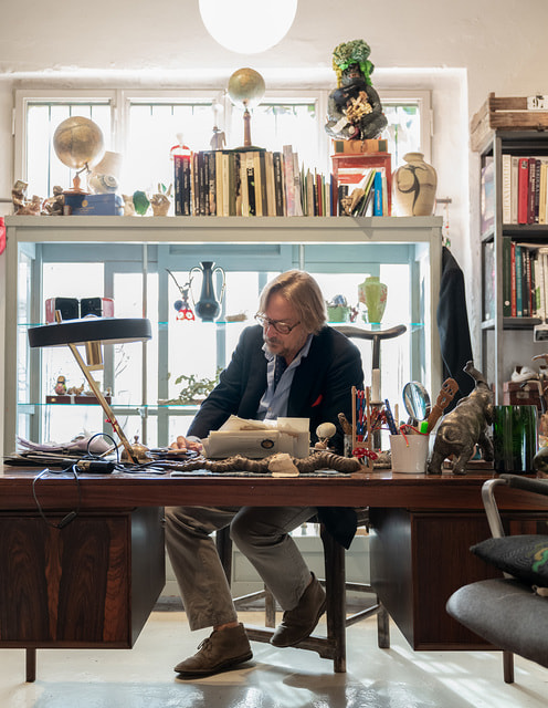 Дизайнер Массимо Альба у себя в рабочем кабинете