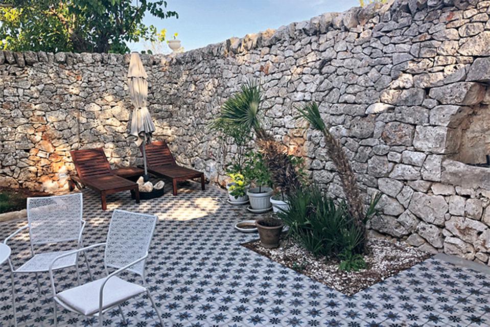 Внутренний дворик вымощен стариннойплиткой