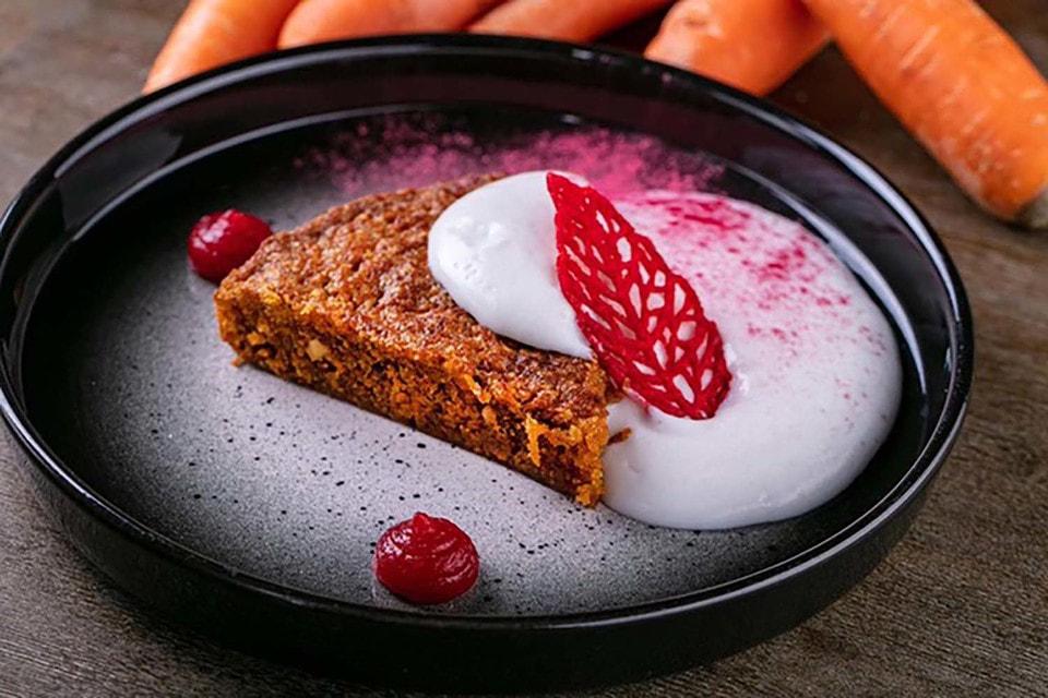 Для приготовления морковного пирога также понадобятся грецкий орех, малиновое пюре и кокосовые сливки