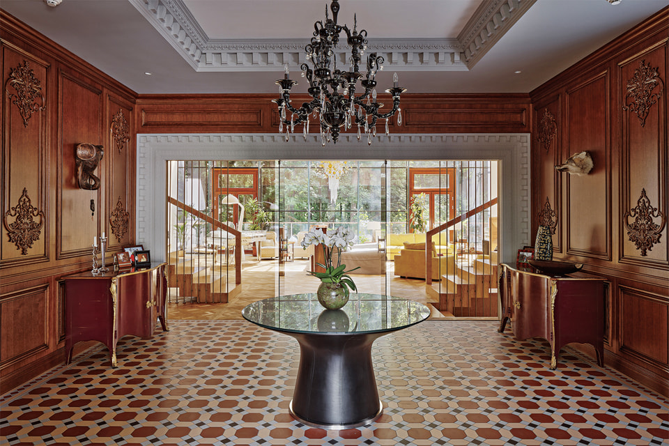 Холл частной резиденции в Барвихе украшает черная люстра Dhamar