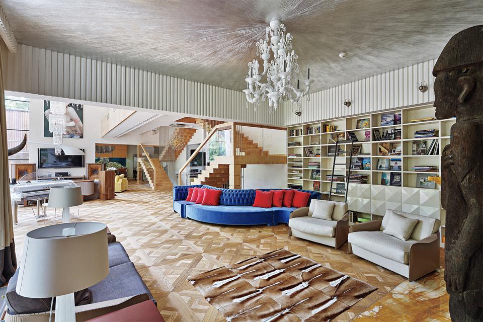 Гостиная выполнена в эклектичном духе, и примиряющим стилистическим акцентом стала белая люстра Taif
