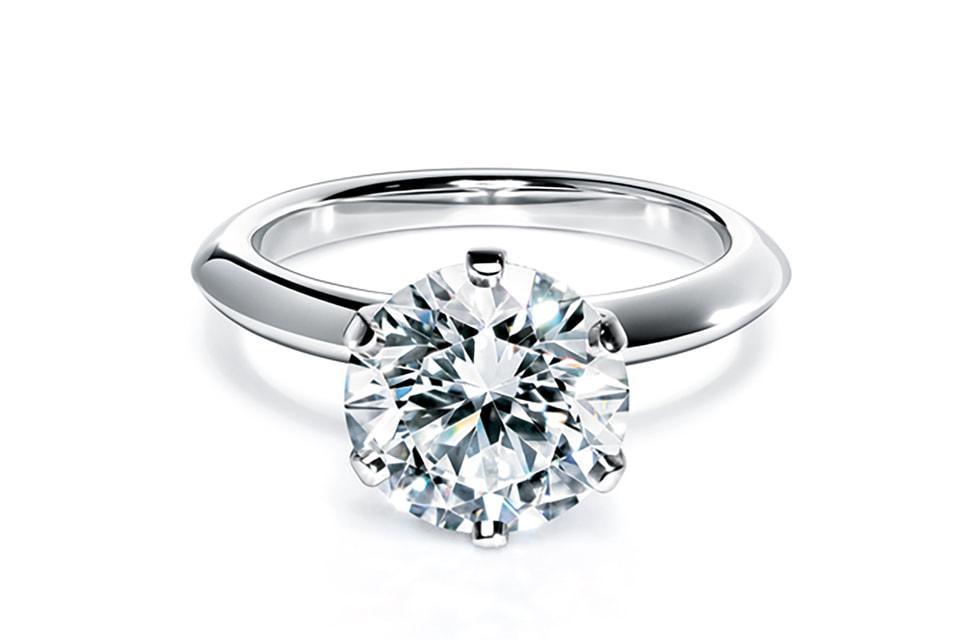 Любое украшение Tiffany & Co. с бриллиантом весом 0,18 карата сопровождается сертификатом, в котором описана вся биография драгоценного камня