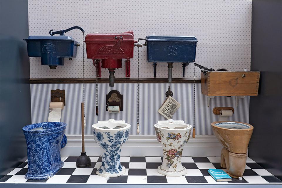 Выставка старинных унитазов с успехом прошла в Лондоне в 2019 году