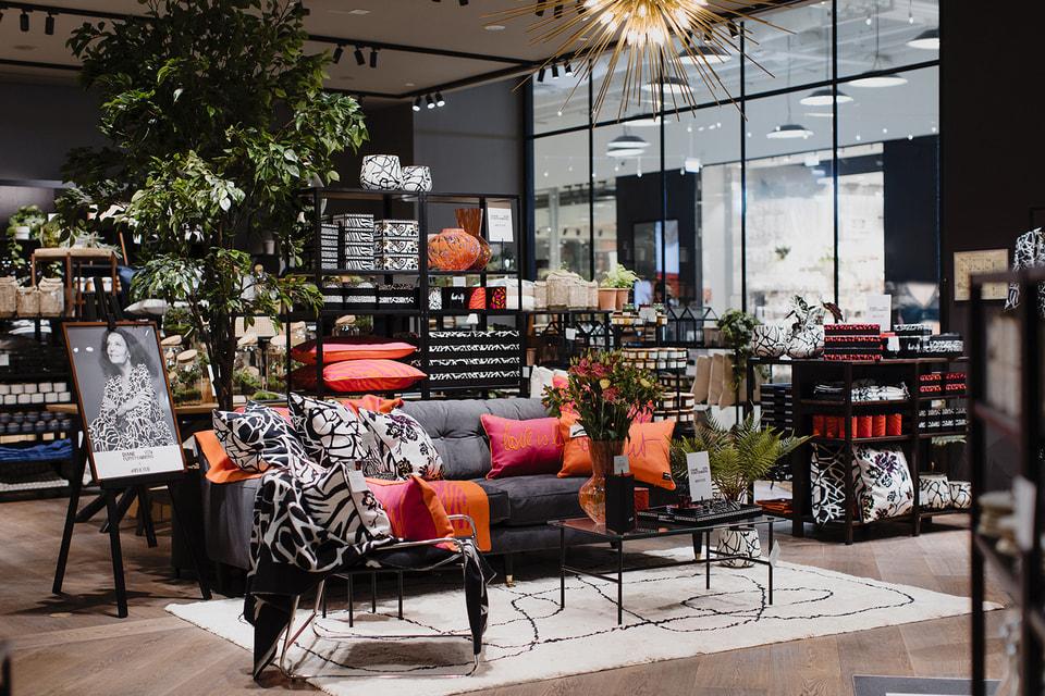 В честь открытия была представлена коллаборация H&M Home с дизайнером Дианой фон Фюрстенберг – Diane von Furstenberg x H&M Home