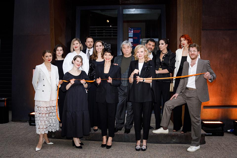 Идеолог и владелица фонда Ruart Марианна Сардарова, его арт-директор Катрин Борисов и команда нового пространства на церемонии открытия