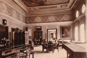 Историческое фото с изображением гостиной главного дома усадьбы в парке Монрепо