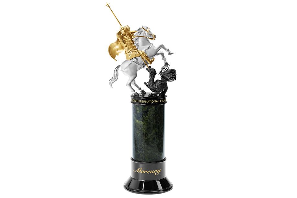 Придуманная дизайнерами и ювелирами Mercury награда «Золотой святой Георгий» реализована из серебра и золота и водружена на основание из поделочного камня змеевика
