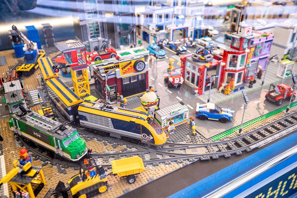 В городе Lego 48 зданий, 65 машин и более 400 «горожан»
