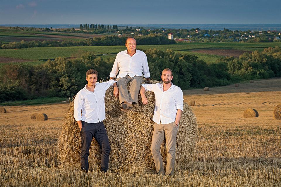 Основатель проекта «Долина Лефкадия» Михаил Николаев с сыновьями Алексеем и Михаилом