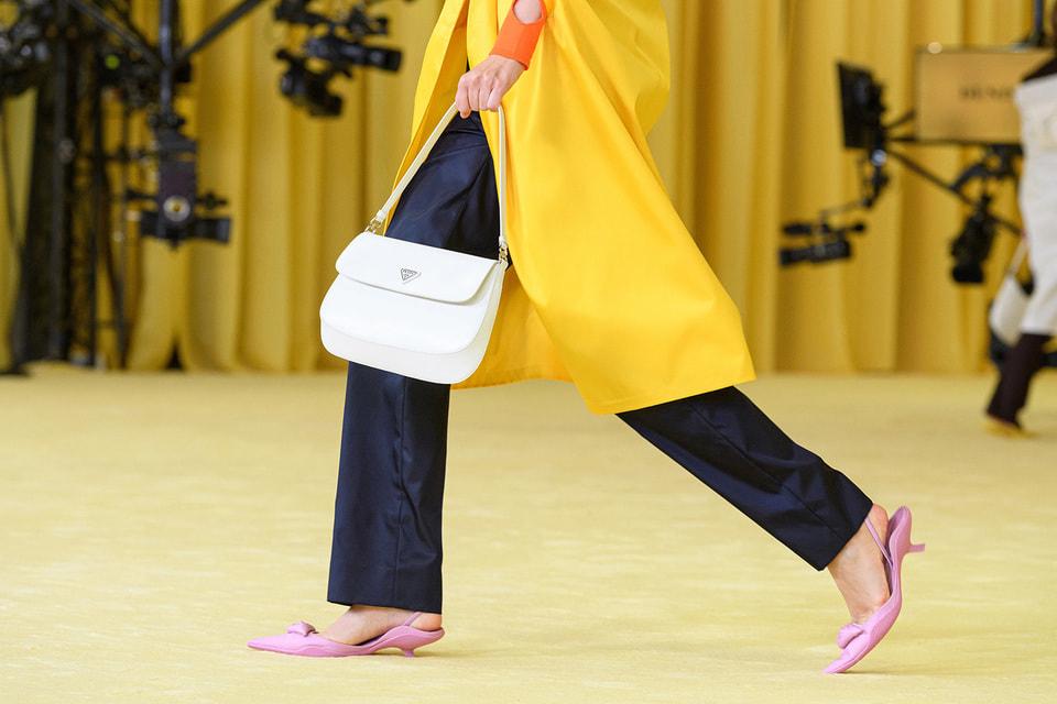 При создании сумки Cleo на службу модернистским идеям Миуччи Прады были поставлены старинные ремесленные техники кожевенного ателье