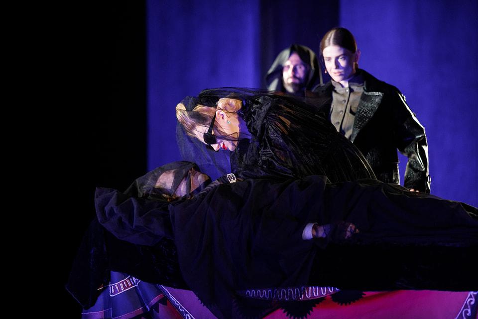 Рената Литвинова в одной из сцен спектакля «Звезда вашего периода» в часах RM 07-01 из белого золота Aleatoire в паве из бриллиантов