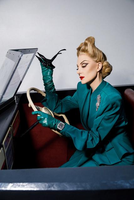 На запястье кинозвезды Леско в исполнении Литвиновой во время спектакля можно увидеть и вторую модель часов RM 67-01 с циферблатом-скелетоном и бриллиантами