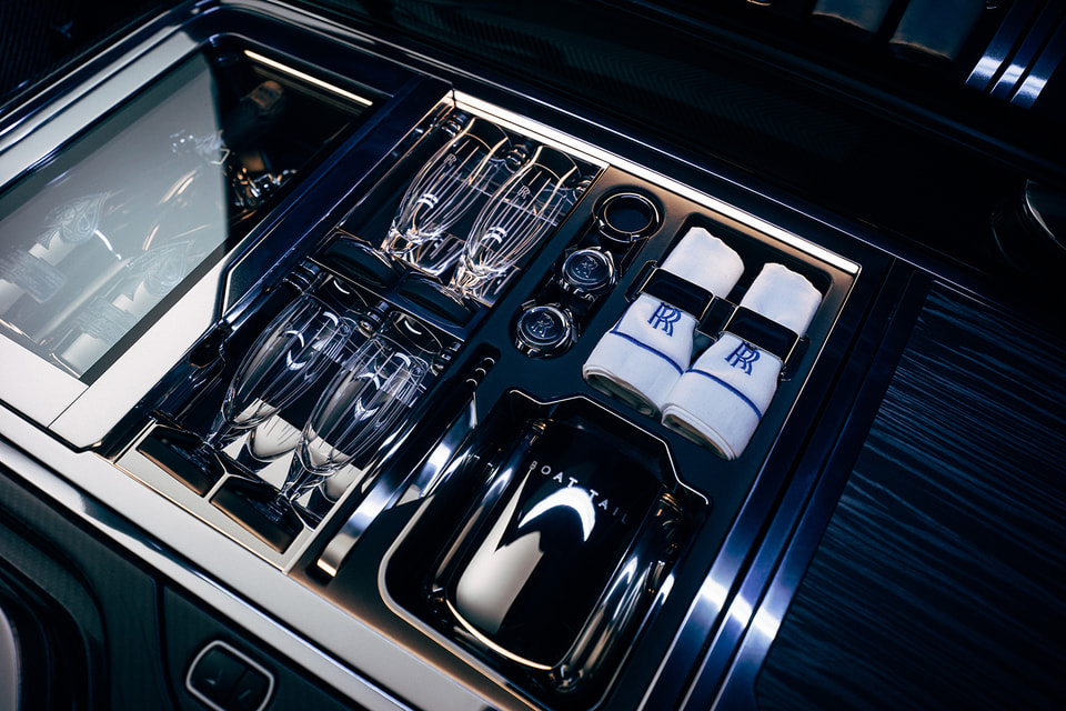 В представленной модели есть отсек для хранения аксессуаров для пикника и холодильник под любимое шампанское заказчика