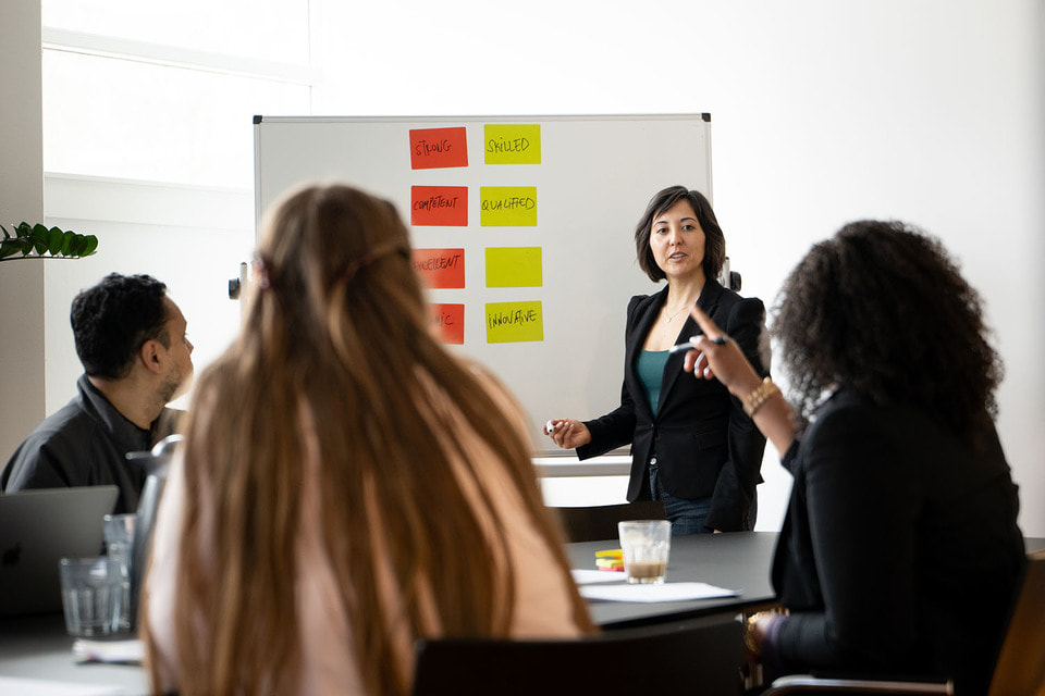 Дом Cartier в 2006 году учредил ежегодную международную программу CartierWomen'sInitiative и с тех пор поддерживает женщин-предпринимательниц