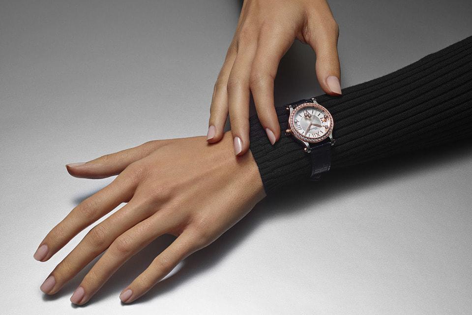 Владелица Happy Sport может любоваться кружением бриллиантов на циферблате каждый раз, когда уточняет время