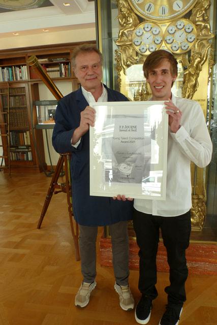 Франсуа-Поль Журн вручает награду  Марио Скарпатетти на мануфактуре  F.P. Journe в Женеве