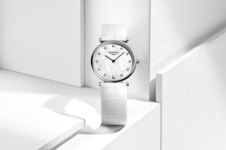 Часы в тонком круглом корпусе La Grande Classique de Longines смотрятся современно и свежо благодаря белому исполнению