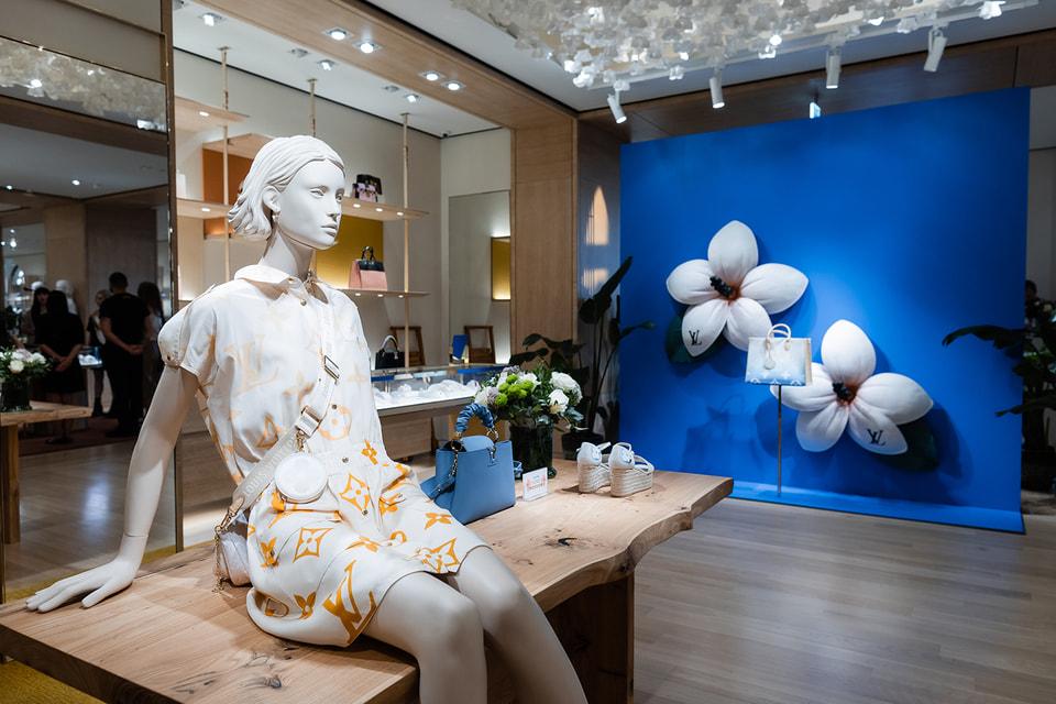 Оригинальная деталь интерьера бутика Louis Vuitton – потолок и стены, украшенные цветами в стиле оригами, отсылающем к коллекции Objets Nomades
