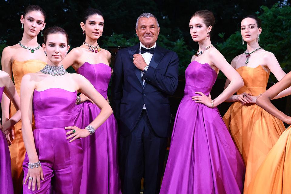 Президент Bvlgari Жан-Кристоф Бабен на премьере коллекции в Милане в окружении моделей в драгоценностях Maginfica