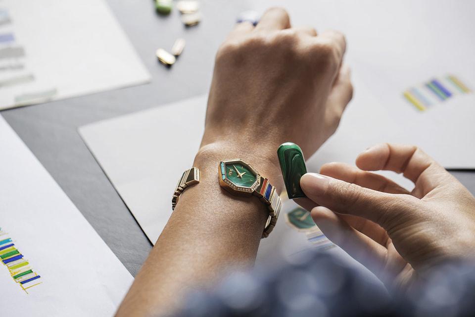 Для каждого браслета Виктуар де Кастеллан подбирает колористические сочетания также, как это делал Кристиан Диор, выкладывая на белой бумаге образцы тканей