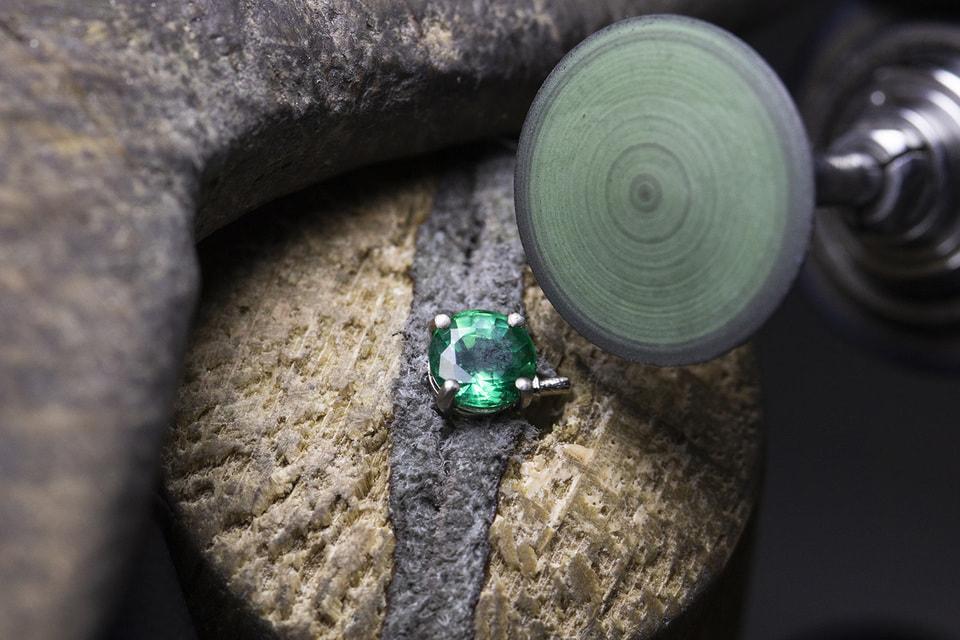 Турмалин параиба – это редкий драгоценный камень, которому посвящена первая часть коллекции Colour Journeys, но продолжение следует...