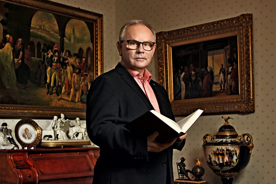 Александр Николаевич Вихров на фоне своей коллекции