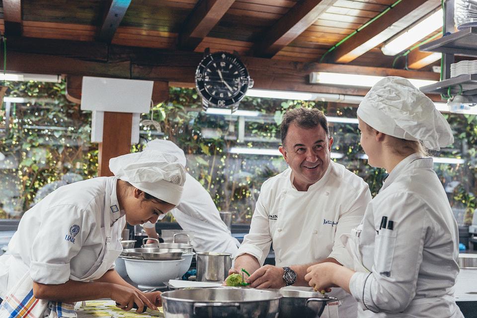 С 2001 года ресторан Martin Berasategui в Ласарте-Ория в Испании получил три Звезды Мишлен – все повара в нем готовят,  поглядывая на настенные часы Blancpain