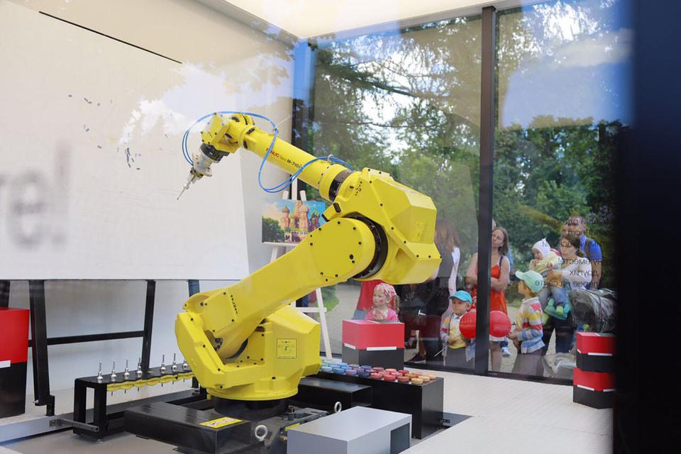 Робот-художник написал две картины в манере импрессионизма