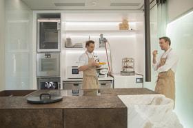 Сегодня лаборатория стала таким же обязательным подразделением модного ресторана, как заготовочный и горячий цеха