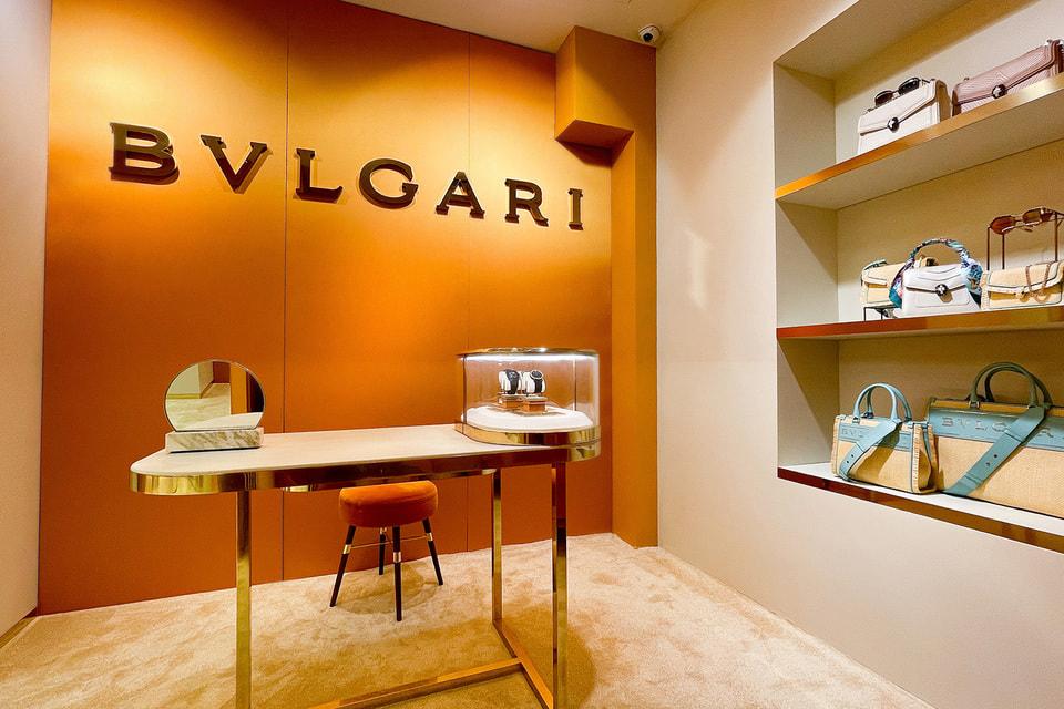 Интерьер бутика оформлен в фирменных золотисто-оранжево-шафрановых тонах Bvlgari