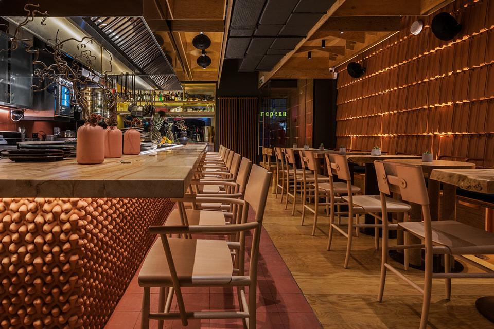 Повара японского гриль-бара «Хатико» в Москве готовят блюда прямо на глазах у гостей на открытом огне