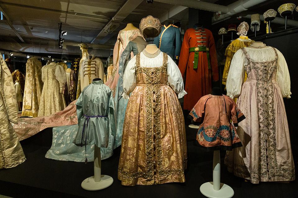 На выставке представлено более 100 костюмов, головных уборов и аксессуаров