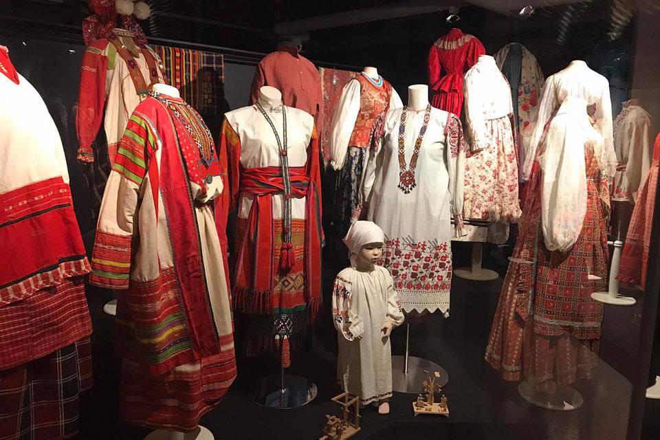 На выставке можно увидеть множество народных нарядов, представляющих разные губернии Российской империи