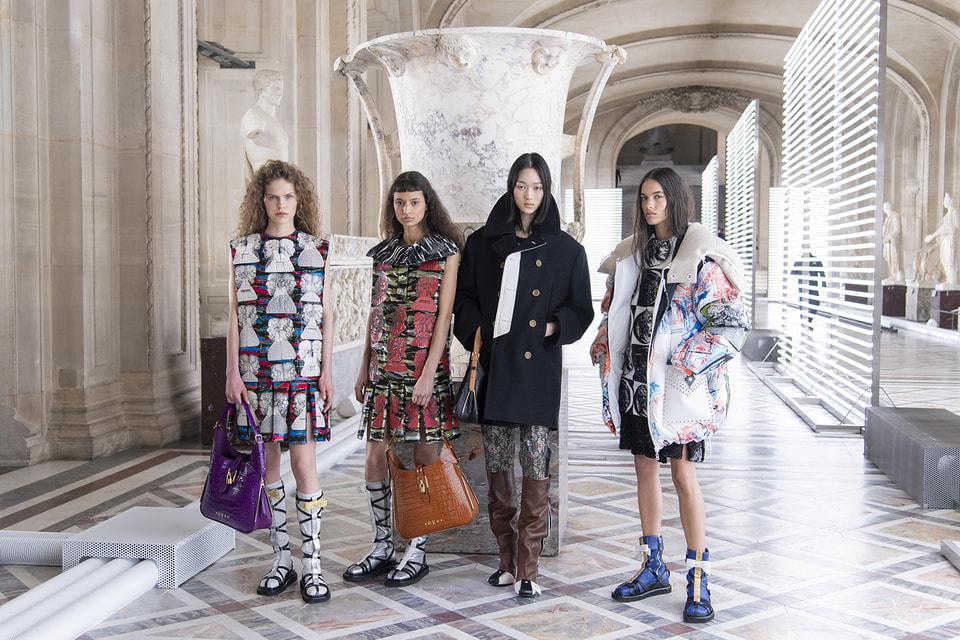 Модели в образах из коллекции LV х Fornasetti на ее премьере в галерее Микеланджело в парижском Лувре