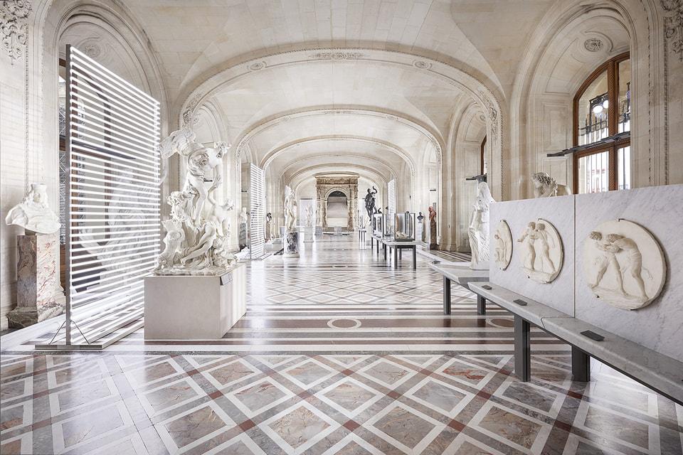 Галереи статуй эпохи античности и периода классицизма в парижском Лувре послужили декорацией для премьеры коллекции