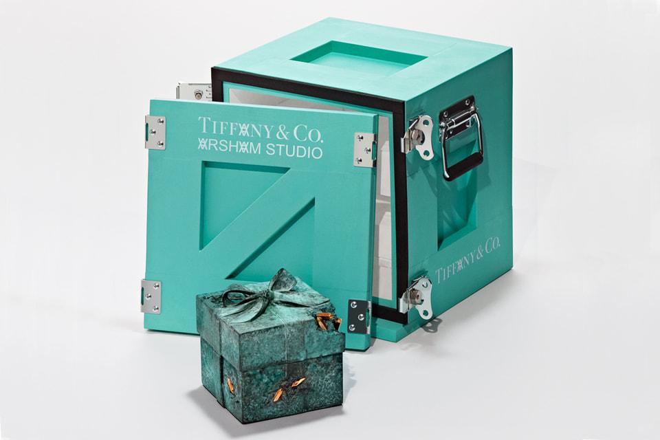 Скульптура The Bronze Eroded Tiffany Blue Box внешне воспроизводит голубую коробочку Дома, но выполнена в ином масштабе и из бронзы
