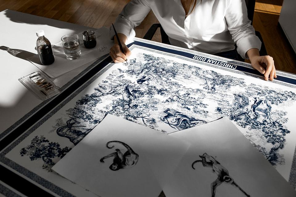 Рисунок каждого шелкового платка или шарфа повествует одну из историй Дома Dior. И потому они всегда будут чем-то большим, чем просто модный аксессуар