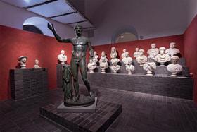Древние мраморные бюсты и скульптуры из коллекции Fondazione Torlonia на выставке на вилле Каффарелли