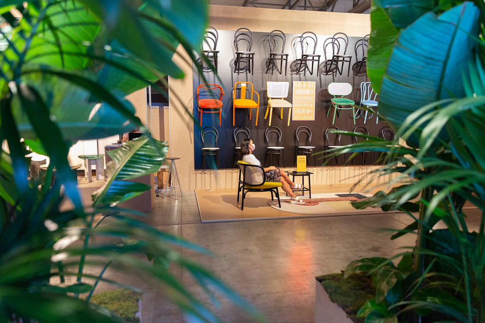 Главное отличие нынешней выставки от предыдущих – унифицированные вертикально ориентированные стенды-стены. Самое простое, что было придумано – укрепление предметов мебели на стене, и оказалось, что это очень удобно: предмет хорошо видно издалека и можно рассмотреть с разных сторон