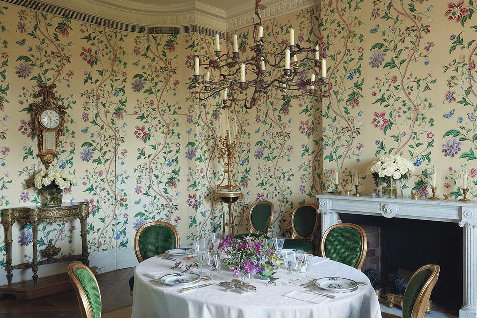 Люстра в форме растения, украшенного бабочками, работы скульптора и декоратора Клод Лаланн (оценка: €800 000 –1 200 000) в интерьере квартиры