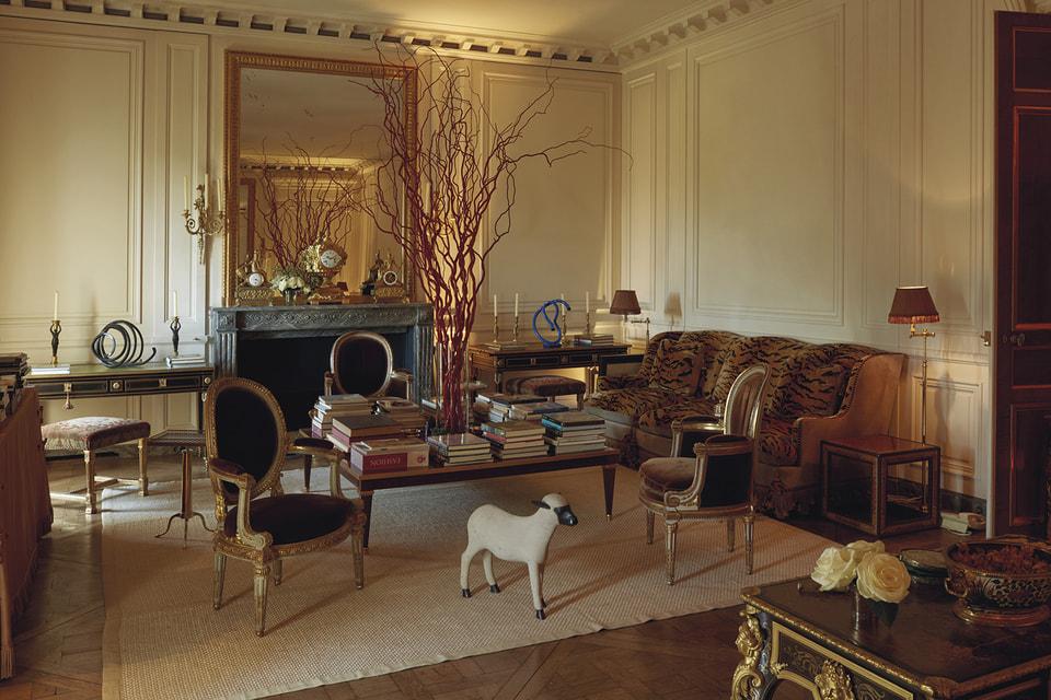Интерьер парижской квартиры рядом с Домом инвалидов, в которой мебель XVII века сочетается со скульптурами XX столетия, создавался при руководстве Юбера де Живанши