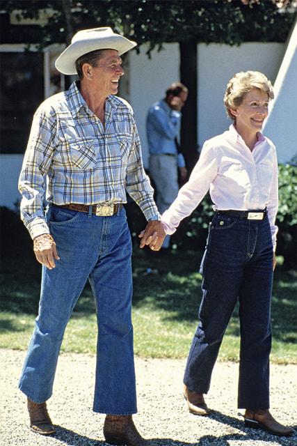 Для поддержания образа владельца ранчо Рональд Рейган помимо джинсов надевал соломенную шляпу и рубашку вклетку