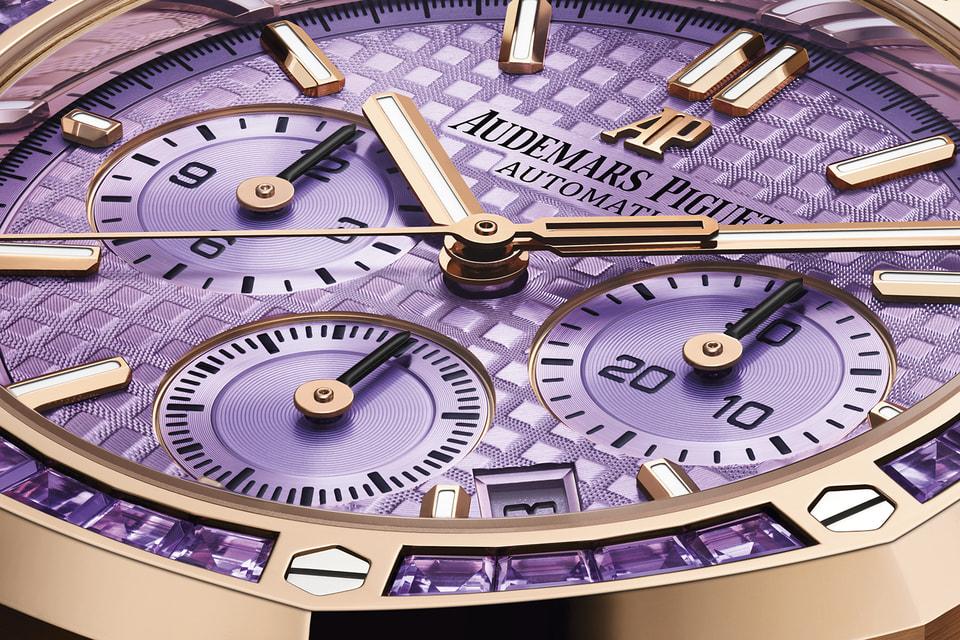 Аметисты багетной огранки общим весом 2,85 карата гармонично сочетаются с традиционными винтами безеля часов