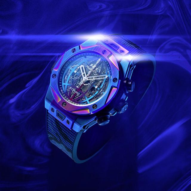 Радужные переливы на корпусе, безеле и циферблате часовполучены благодаря сложному процессу обработки титана